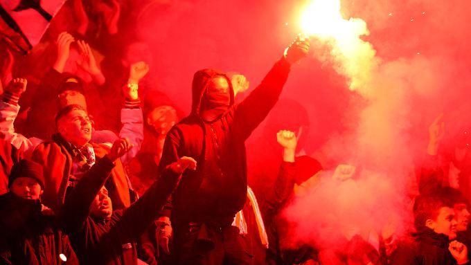 Diese Bilder sind bekannt: Fans aus Dresden machen am 31.10.2012 vor dem Pokalspiel in Hannover Stimmung auf den Rängen.