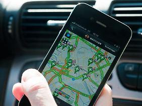 Handyverbot am Steuer: Auch das Navi auf dem Smartphone ist beim Fahren tabu.