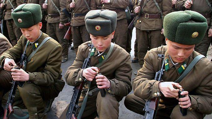 Nordkoreanische Soldaten trainieren das Aufmunitionieren.