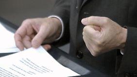 Schröder präsentiert sein Reformkonzept mit geballter Faust.