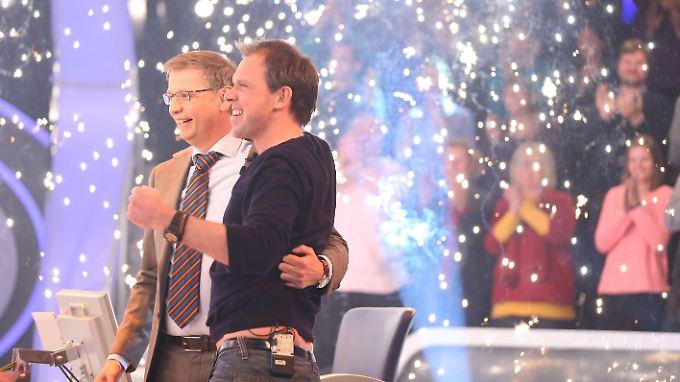 Im Siegestaumel vereint? Günther Jauch und Millionär Sebastian Langrock.
