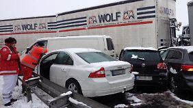Rund 100 Autos und Lkw sind von der Unfallserie auf der A 45 in Hessen betroffen.