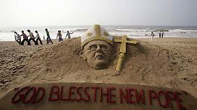 Der neue Papst als Sandskulptur in Indien.