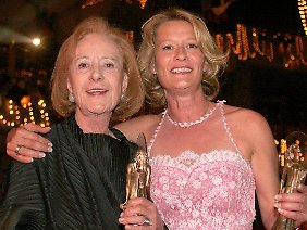 Mutter und Tochter: Rosemarie Fendel (l.) mit Suzanne von Borsody im Januar 2005.