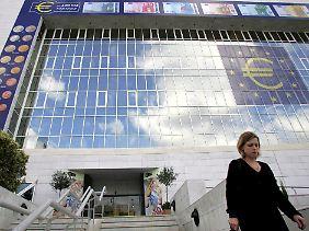 Die Fassade der Zentralbank von Zypern in Nicosia bei der Euroeinführung 2007. Zypern ist das vierte Euroland, das gerettet wird.