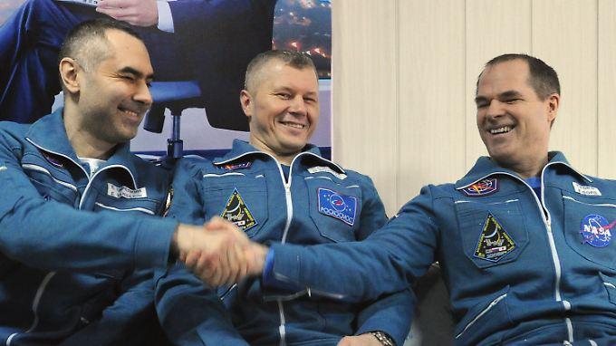 Tarelkin, Nowizki und Ford (v.l.) freuen sich, wieder festen Boden unter den Füßen zu haben.