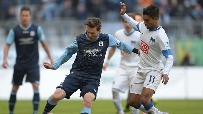 Nullummer in München: Benjamin Lauth behauptet sich und den Ball gegen Herthas Sami Allagui.