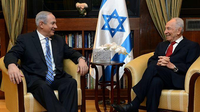 Benjamin Netanjahu überbringt Shimon Peres die Nachricht, dass die Regierungsbildung geglückt ist.