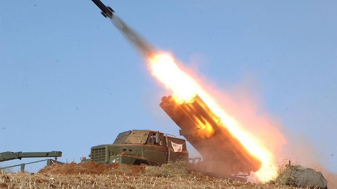 Die nordkoreanische Nachrichtenagentur KCNA hat mal wieder martialische Bilder verbreitet: Dieses zeigt einen Raketenstart im Rahmen einer Militärübung.