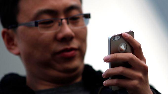 Nicht nur telefonieren, auch zum Spielen benutzen viele ihre Smartphones.