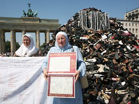 Die insgesamt 16.744 Schuhe sind zu einem Mahnmal an die 8372 Opfer des Massakers aufgeschichtet.