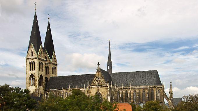 """Der doppeltürmige Dom """"Sankt Stephanus und Sankt Sixtus"""" in Halberstadt."""