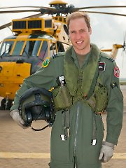 Prinz William vor einem Helikopter in Anglesey, Wales.