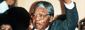 ... Am 11. Februar 1990 verlässt Mandela als freier Mann das Gefängnis.