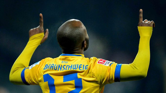 Der Braunschweiger Domi Kumbela freut sich über seinen Treffer gegen Dresden.