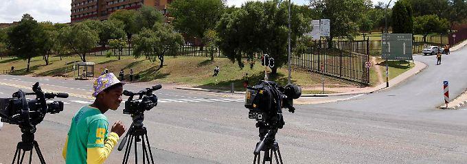 Die südafrikanische Presse vermutet, dass Mandela im Militärkrankenhaus von Pretoria behandelt wird.