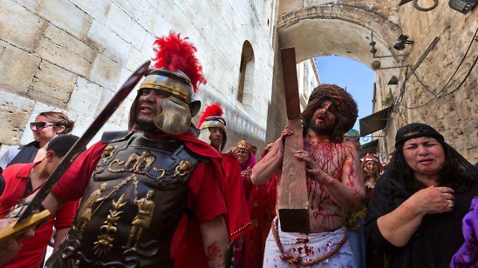 Auf dem Leidensweg Christi versuchen Gläubige die Geschichte Jesu nachzuempfinden.