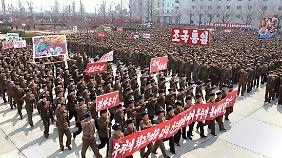 Nordkoreanische Propaganda: Die Menschen werden auf einen siegreichen Krieg gegen die USA und Südkorea eingeschworen.