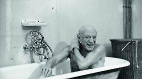 Der Meister nimmt ein Bad. Dieses Foto Picassos entstand 1956.