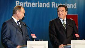Eine echte Männerfreundschaft verband dem Anschein nach Wladimir Putin (l) mit Gerhard Schröder.
