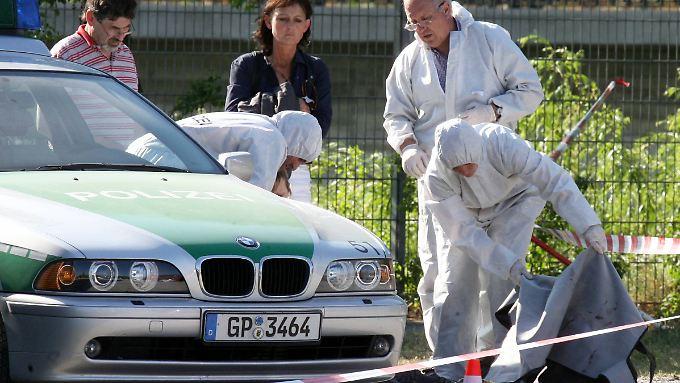 Beamte der Spurensicherung im April 2007 an der Stelle, an der Kiesewetter ermordet wurde.