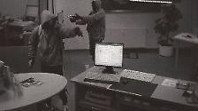 Dieses Bild einer Überwachungskamera zeigt die Täter eines Banküberfalls im September 2011 im thüringischen Arnstadt - Mundlos und Börnhardt sind nach Ansicht der Staatsanwaltschaft in diesem sowie in zwei weiteren Fällen dringend tatverdächtig. Mit dem erbeuteten Geld sollen sie ihre Taten finanziert haben.