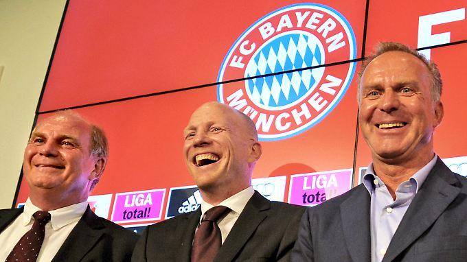 Bayern-Boss Karl-Heinz Rummenigge und Präsident Uli Hoeneß brauchen bald einen Geldspeicher wie Dagobert Duck.