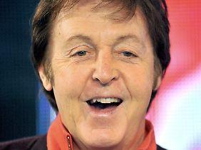 Paul McCartney hat gut lachen - er sitzt auf einem dicken Polster.