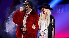 Mal richtig schön einen durchziehen mit Frl. Kesha, das geht auch auf der Bühne der MTV Movie Awards.