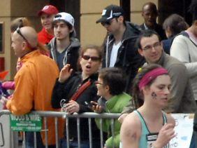 Kaltblütig mitten unter den Zuschauern? Eine Amateuraufnahme zeigt die beiden Tatverdächtigen beim Boston Marathon wenige Minuten vor der Explosion der beiden Sprengkörper.