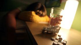 Für viele Betroffene ist der letzte Ausweg Selbstmord - häufig mit Schlaftabletten.