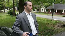 Der verdächtige Kampfsportlehrer vor seinem Haus in Tupelo.