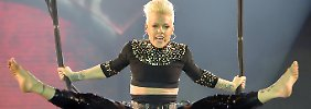 Hoch hinaus schwebte Pink bei ihrem Konzert - als Dank gab es Käse von den Fans.