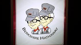 Warren Buffet (r.) and Vize Charlie Munger auf einem Schild eines Juwelierladens.
