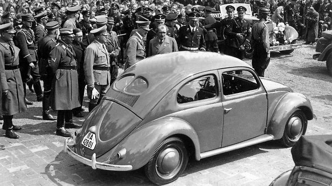 """Nach der Grundsteinlegung besichtigt Adolf Hitler einen Volkswagen """"Käfer""""."""