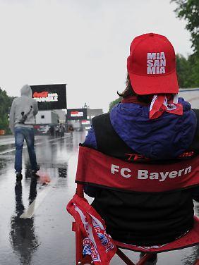 Ein einsamer Bayern-Fan im Berliner Regen.