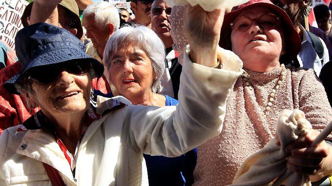 Rentner demonstrieren auf der Straße: Alltag in Portugal.