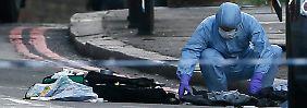 Ermittler suchen den Tatort nach Beweisen ab.