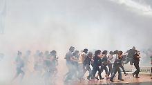 Vor allem mit Wasserwerfern treibt die Polizei die Demonstranten auseinander.