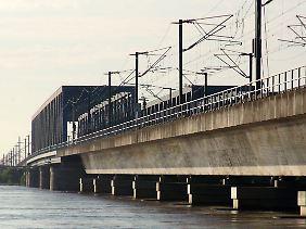 Das Hochwasser der Elbe umspült die Pfeiler der Eisenbahnbrücke bei Hämerten (Landkreis Stendal) und gefährdet deren Stabilität.