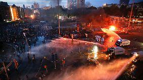 Mit Wasserwerfern geht die Polizei gegen die Demonstranten auf dem Taksim-Platz vor.