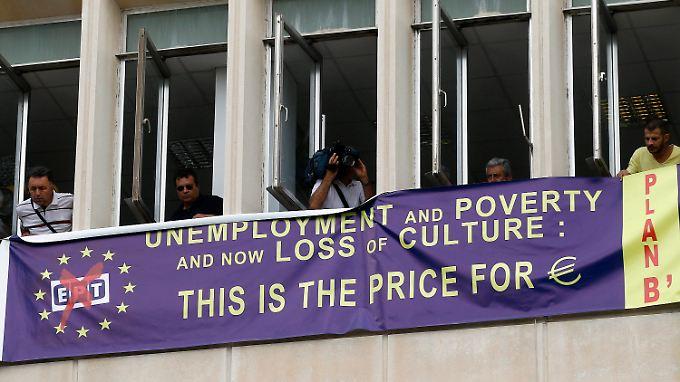 """Protestbanner am Gebäude des Senderhauses ERT: """"Arbeitslosigkeit, Armut und jetzt der Verlust der Kultur: Das ist der Preis für den Euro"""""""