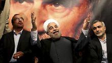 Hassan Ruhani (Mitte) ist überraschend deutlich zum neuen iranischen Präsidenten gewählt worden.
