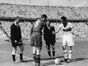 Kapitäne und direkte Gegenspieler: Lauterns Fritz Walter und der Stuttgarter Robert Schlienz.