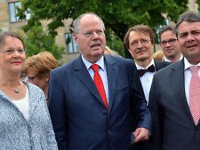 Steinbrück mit Ehefrau Gertrud, Parteichef Gabriel und Mitgliedern seines Kompetenzteams.