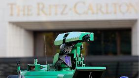 """Vor dem """"Ritz Carlton"""" ist höchste Sicherheitsstufe angesagt."""