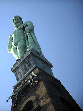 Über den Wasserspielen steht der meterhohe Herkules.