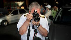 Im Flughafen von Havann veralbert einer der russischen Piloten die Journalisten, indem er zurückfotografiert.