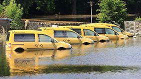 In Schönhausen (Sachsen-Anhalt) läuft das Wasser allmählich ab. Diese Postautos standen ehemals bis zur Dachoberkante im Wasser.