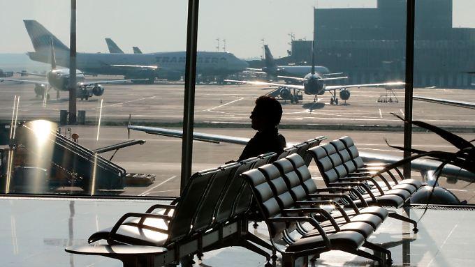 Schattenmann Snowden: Nur wenige wissen, ob sich der Whistleblower tatsächlich im Flughafen aufhält.